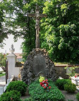 Kamienny krzyż przy kościele św. Michała Archanioła. Chróścina, gmina Góra.