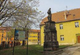Figura św. Judy Tadeusza z 1726 rok. Pierwotnie stała na jaworskim rynku. W 1873 roku przeniesiona na plac kościelny św. Marcina. Jawor.