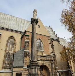 Kapliczka kolumnowa przy kościele św.Marcina. Jawor.