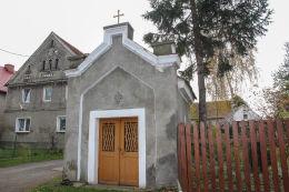 Kapliczka domkowa koło Urzędu Gminy. Męcinka, powiat jaworski.