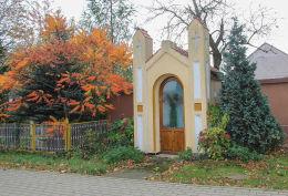 Kapliczka domkowa naprzeciw kościoła. Męcinka, powiat jaworski.