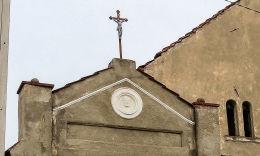 Przydrożna kapliczka domkowa. Męcinka 111.