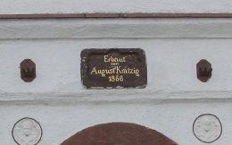 Przydrożna kapliczka domkowa. Zbudowana przez August Krälzig w 1866 roku. Męcinka, powiat jaworski.