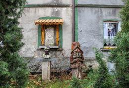 Kapliczka na ścianie budynku, Męcinka 35.