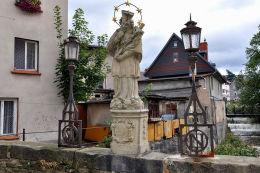 Kamienna figura św. Jana Nepomucena. Kowary.