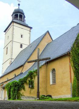 Krzyż przy kościele Niepokalanego Poczęcia Najświętszej Maryi Panny. Łomnica, gmina Mysłakowice.