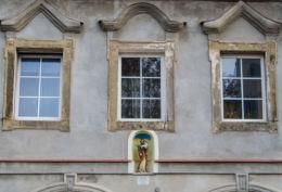 Figura św. Józefa w portalu kamienicy nr 9. Ufundowana przez Annę i Adama Antas w 2008 r. Chełmsko Śląskie, gmina Lubawka, powiat kamiennogorski.