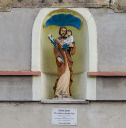 Figura św. Józefa w portalu kamienicy. Ufundowana przez Annę i Adama Antas w 2008 r. Chełmsko Śląskie, gmina Lubawka, powiat kamiennogorski.