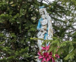 Przydrożna kapliczka z figurą św. Maryi z Dzieciątkiem. Czadrów, gmina Kamienna Góra, powiat kamiennogorski.
