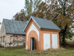 Przydrożna kapliczka domkowa. Czadrów, gmina Kamienna Góra, powiat kamiennogorski.
