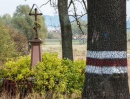 Krzyż przydrożny metalowy na kamiennym postumencie. Czadrów, gmina Kamienna Góra, powiat kamiennogorski.
