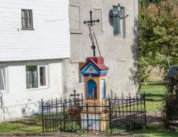 Kapliczka przydrożna murowana z matalowym krzyżem. Jawiszów, gmina Kamienna Góra, powiat kamiennogorski.