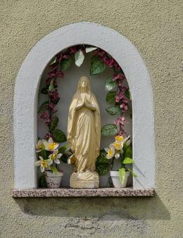 Kapliczka wnękowa Matki Boskiej w szczycie domu przy ulicy Opata Bernarda Rosy nr 4. Krzeszów, gmina Kamienna Góra, powiat kamiennogorski.