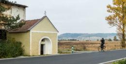 Kapliczka przydrożna domkowa murowana. Krzeszów, gmina Kamienna Góra, powiat kamiennogorski.