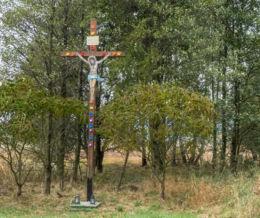 Drewniany krzyż przydrożny. Krzeszów, gmina Kamienna Góra, powiat kamiennogorski.