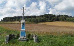 Krzyż przydrożny metalowy na kamiennym postumencie. Lubawka, powiat kamiennogorski.