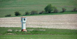 Kapliczka przydrożna, latarnia stojąca przy polnej drodze. Lubawka, powiat kamiennogorski.