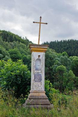 Krzyż przydrożny żelazny na kamiennym postumencie. Okrzeszyn, gmina Lubawka, powiat kamiennogorski.