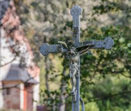 Krzyż przydrożny metalowy na kamiennym postumencie. Okrzeszyn, gmina Lubawka, powiat kamiennogorski.