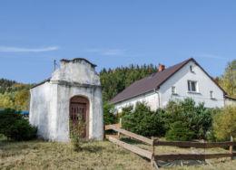 Kapliczka przydrożna domkowa murowana. Okrzeszyn, gmina Lubawka, powiat kamiennogorski.