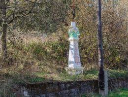 Krzyż przydrożny na kamiennym postumencie. Okrzeszyn, gmina Lubawka, powiat kamiennogorski.