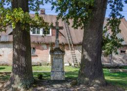 Przydrożny krzyż kamienny. Okrzeszyn, gmina Lubawka, powiat kamiennogorski.