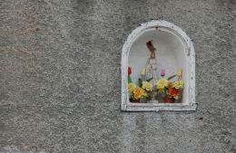 Kapliczka wnękowa w ścianie domu. Chocieszów, gmina Szczytna, powiat kłodzki.