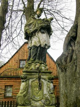 Przydrożna kapliczka z figurą św. Jana Nepomucena. Różanka, gmina Międzylesie, powiat kłodzki.