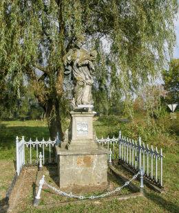 Przydrożna kapliczka z figurą św. Jana Nepomucena. Roztoki, gmina Międzylesie, powiat kłodzki.