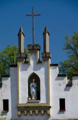 Kapliczka wnękowa w ścianie budynku. Wambierzyce, gmina Radków, powiat kłodzki.