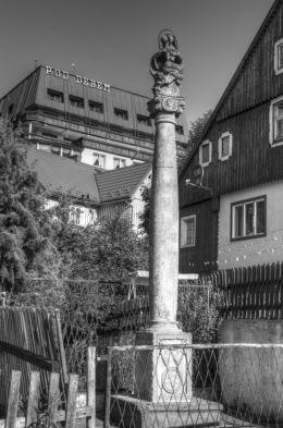 Przydrożna kapliczka kolumnowa. Wójtowice, gmina Kłodzko, powiat kłodzki.