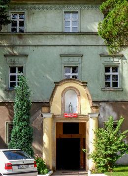 Kapliczka na ścianie budynku. Lubomierz, powiat lwówecki.