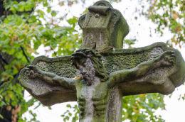 Fragment krzyża przydrożnego, stojącego obok kościoła św. Anny. Grodziszcze, gmina Świdnica, powiat świdnicki.