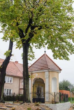 Przydrożna kapliczka domkowa murowana. Lutomia Dolna, gmina Świdnica, powiat świdnicki.
