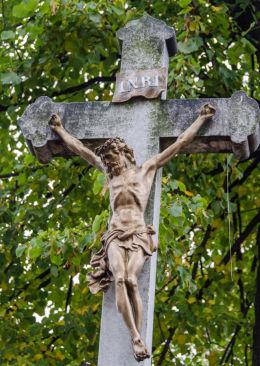 Fragment przydrożnego krzyża kamiennego. Lutomia Dolna, gmina Świdnica, powiat świdnicki.