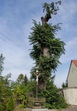 Krzyż przydrożny przy ulicy Tadeusza Kościuszki. Milikowice, gmina Jaworzyna Śląska, powiat świdnicki.