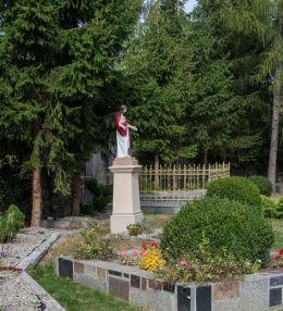 Figura Chrystusa obok kościoła św. Michała Archanioła. Milikowice, gmina Jaworzyna Śląska, powiat świdnicki.