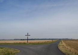 Krzyż drewniany stojący na rozstaju polnych dróg. Milikowice, gmina Jaworzyna Śląska, powiat świdnicki.