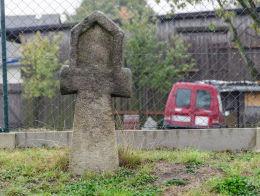 Kamienny krzyż pokutny na skrzyżowaniu ulic Lipowej i Złoty Las. Modliszów, gmina Świdnica, powiat świdnicki.