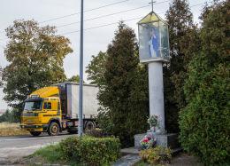 Przydrożna kapliczka kolumnowa zwieniczona figurą św. Kingi. Mokrzeszów, gmina Świdnica, powiat świdnicki.