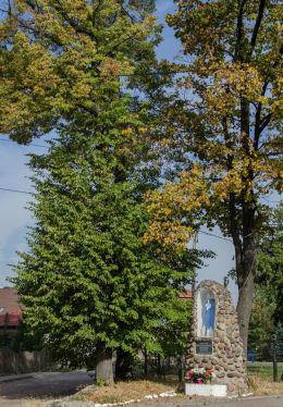 Kapliczka przydrożna murowana stojąca na rozstaju dróg. Mokrzeszów, gmina Świdnica, powiat świdnicki.