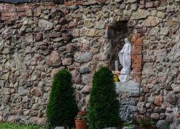 Figura święta w murze okalającym kościół św. Jadwigi. Mokrzeszów, gmina Świdnica, powiat świdnicki.