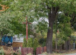 Przydrożny krzyż drewniany z napisem Króluj Chrystusie. Nowy Jaworów, gmina Jaworzyna Śląska, powiat świdnicki.