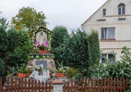 Przydrożna kapliczka z napisem Medjugorie - Olszany 2002 r. Olszany, gmina Strzegom, powiat świdnicki.