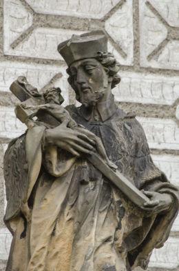 Fragment Nepomuka, stojącego obok kościoła pw. Świętej Trójcy. Olszany, gmina Strzegom, powiat świdnicki.