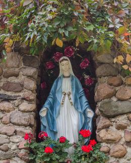 Kapliczka grota lurdzka obok kościoła Trójcy Świętej. Olszany, gmina Strzegom, powiat świdnicki.