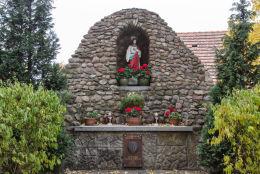 Kapliczka grota z figurą Chrystusa z 2000 r. obok kościoła Trójcy Świętej. Olszany, gmina Strzegom, powiat świdnicki.