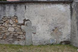 Krzyż pokutny w murze otaczającym kościół pw. św. Barbary. Pastuchów, gmina Jaworzyna Śląska, powiat świdnicki.
