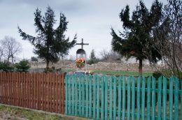 Przydrożna kapliczka uwieńczona szklaną gablotą z figurą Matki Boskiej. Pastuchów, gmina Jaworzyna Śląska, powiat świdnicki.