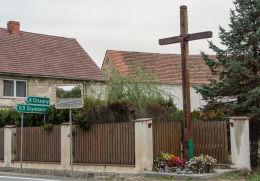 Przydrożny krzyż drewniany stojący przy drodze 34. Siodłkowice, gmina Dobromierz, powiat świdnicki.